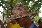 木の葉で作った帽子のおじいさん