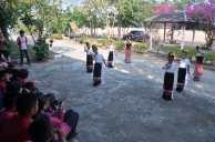 歓迎の伝統舞踊を披露する生徒たち