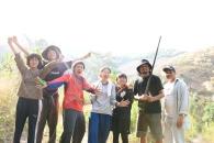 アカ族の広大な自然をバックに記念撮影