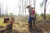 手押し式の耕運機にチャレンジ。
